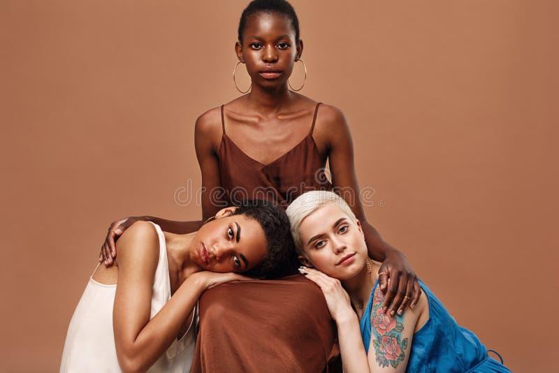 Tre härliga kvinnor som tillsammans poserar arkivbilder