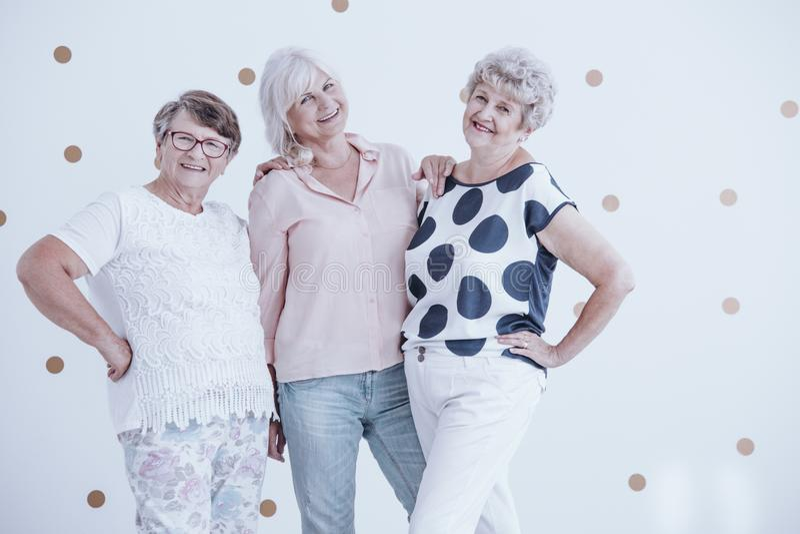 Tre höga flickvänner fotografering för bildbyråer