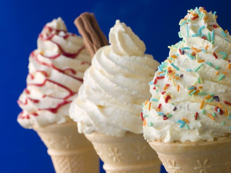 Tre hanno sbattuto i coni di gelato fotografia stock libera da diritti