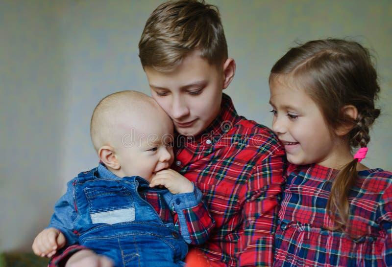 Tre hemmastadda barn royaltyfri bild