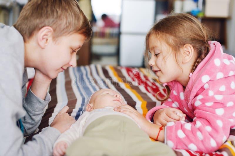 Tre hemmastadda barn royaltyfria foton