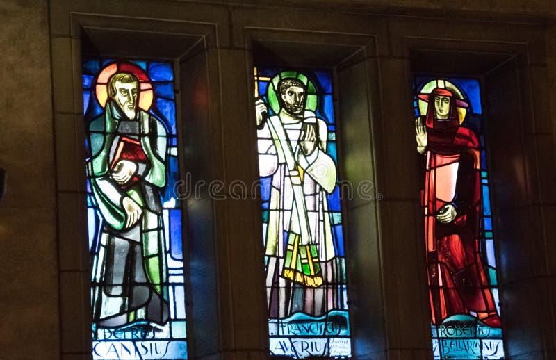 Tre immagini della finestra in una chiesa immagini stock