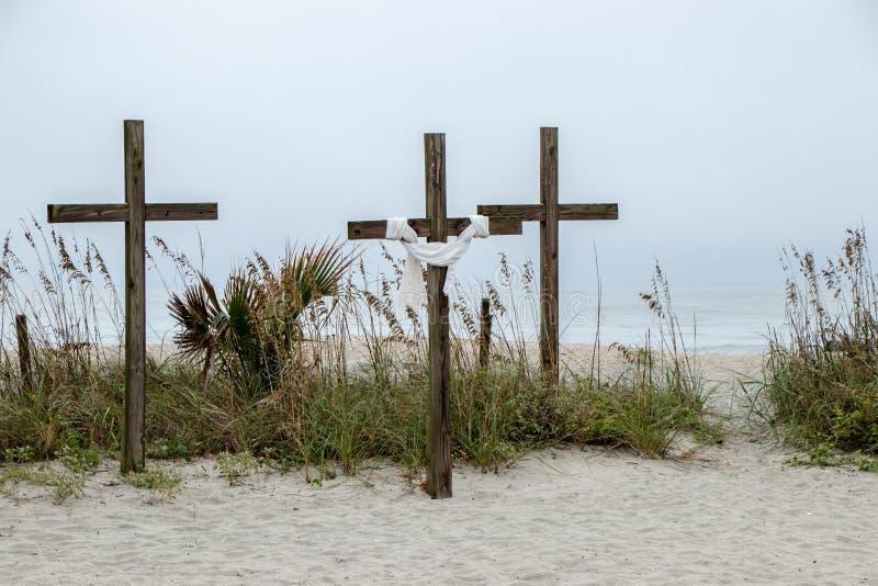 Tre incroci di legno sulla spiaggia fotografia stock libera da diritti