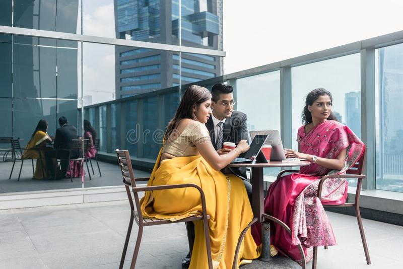 Tre indiska affärspersoner som talar under avbrott på arbete fotografering för bildbyråer