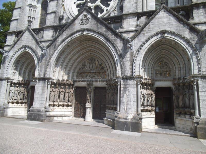 Tre ingångsportar till en kyrka i kork royaltyfri bild