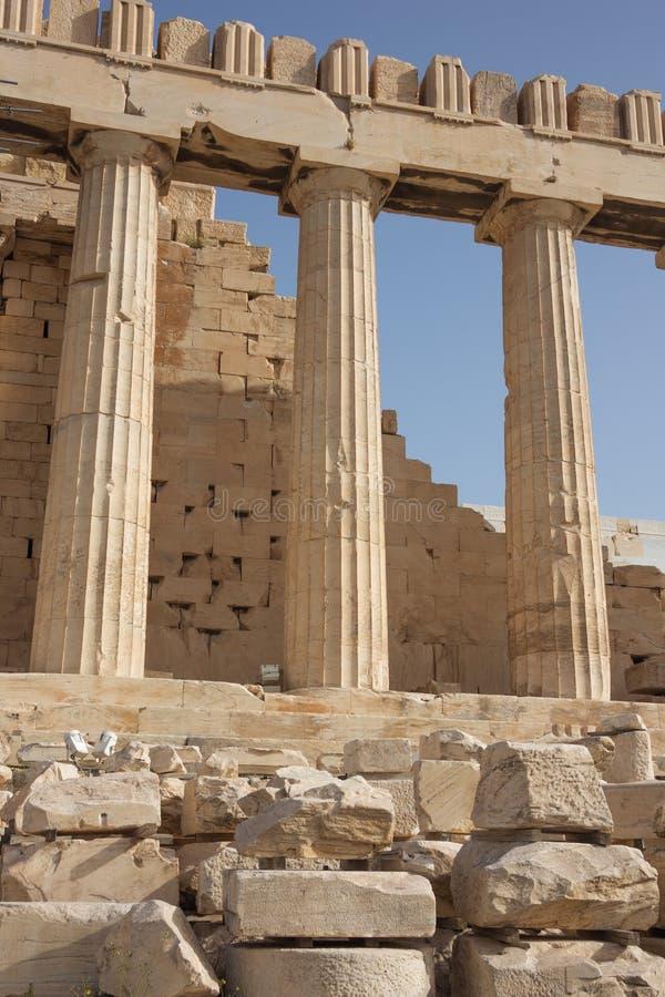 Tre kolonner från sidan av parthenonen royaltyfria foton