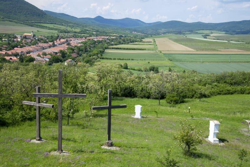 Tre kors i den Hercegkut calvarykullen, Ungern royaltyfri fotografi