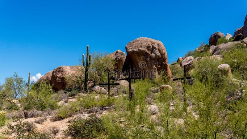 Tre kors på en backe i den Arizona öknen royaltyfri bild