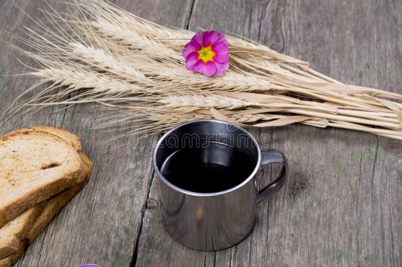 Tre krutonger, kopp kaffe och anknyta av vete arkivfoto