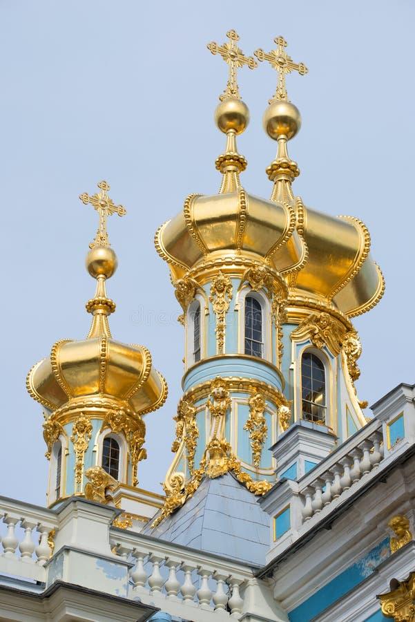 Tre kupoler av uppståndelsekyrkacloseupen Catherine Palace Tsarskoye Selo royaltyfri bild