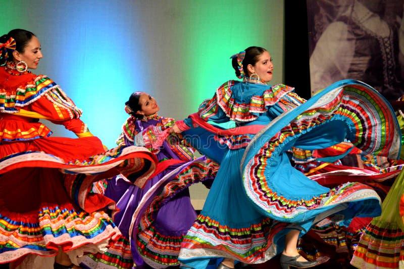 Tre kvinnliga mexicanska dansare arkivfoto