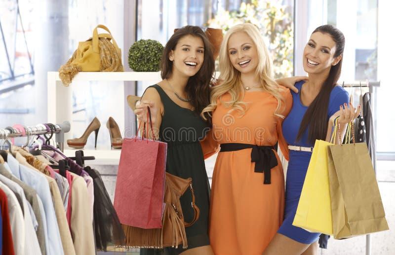 Vänner som tillsammans shoppar royaltyfri fotografi