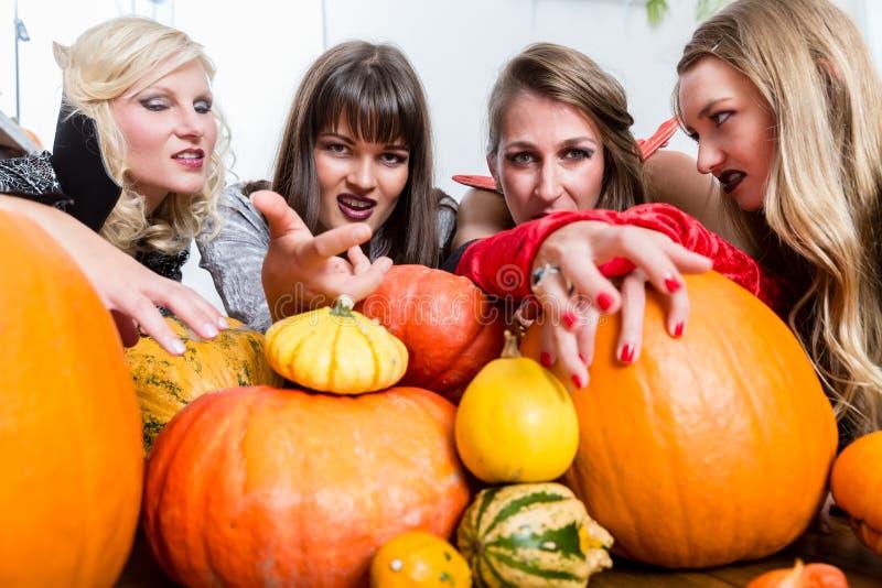 Tre kvinnohäxor förenar sina onda krafter i Halloween arkivbild