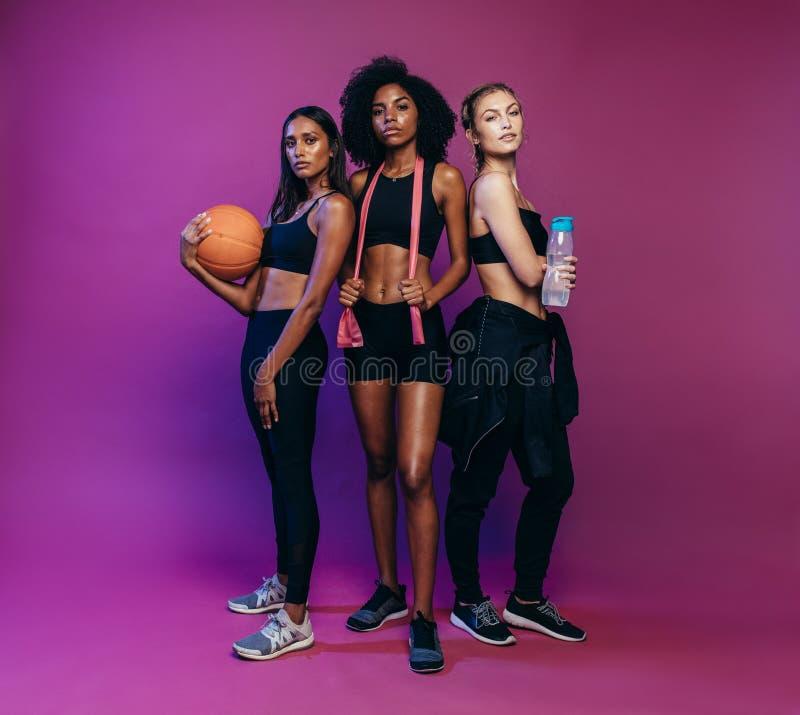 Tre kvinnor på idrottshallgrupp royaltyfri bild