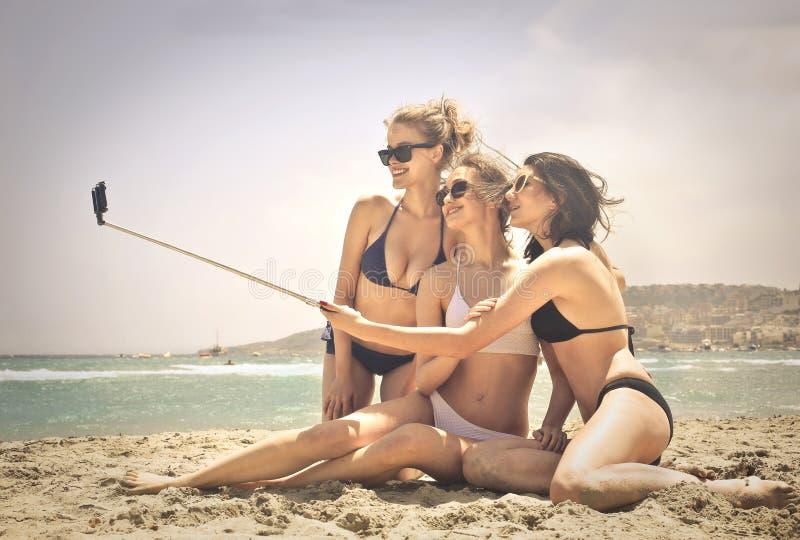 Tre kvinnor som gör en selfie royaltyfria bilder