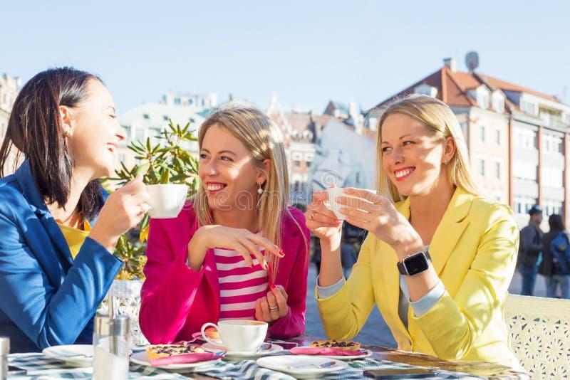 Tre kvinnor som har en rolig konversation arkivbild
