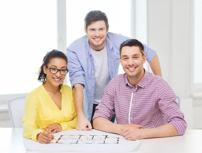 Tre le arkitekter som i regeringsställning arbetar royaltyfria foton
