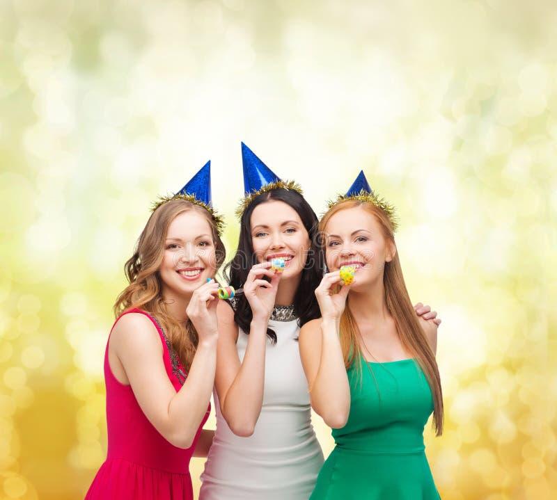 Download Tre Le Kvinnor I Hattar Som Blåser Favörhorn Arkivfoto - Bild av festligt, klätt: 37349776