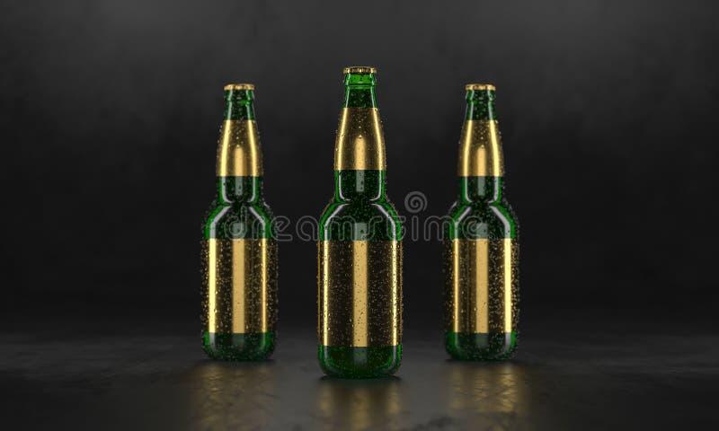Tre ?lflaskor som st?r p? en lantlig svart tabell Falskt ?l upp V?ta ?lflaskor withgolden etiketter och vattendroppar royaltyfri bild