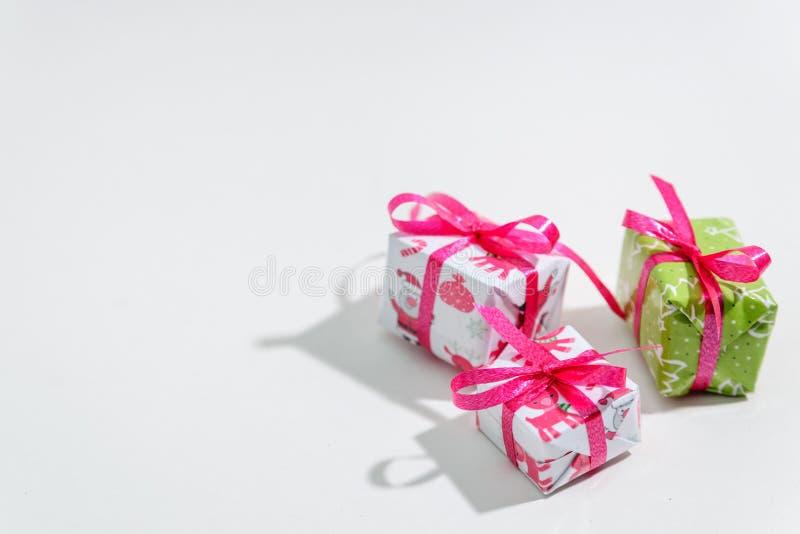 Tre lilla gåvaaskar på en vit bakgrund royaltyfria foton
