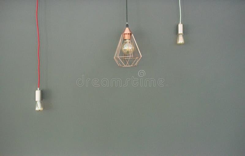 Tre ljusa kulor på en grå bakgrund från väggen arkivfoto