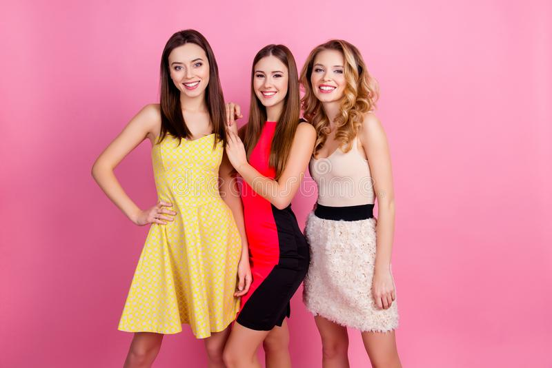 Tre lyckliga härliga flickor, partitid av stilfulla flickor grupperar I arkivfoto