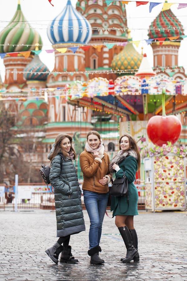 Tre lyckliga härliga flickvänner royaltyfri foto