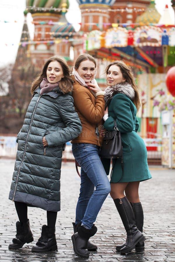 Tre lyckliga härliga flickvänner arkivbild