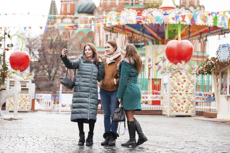 Tre lyckliga härliga flickvänner arkivfoto