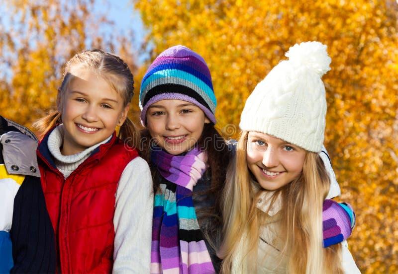 Tre lyckliga tonåringar royaltyfri bild