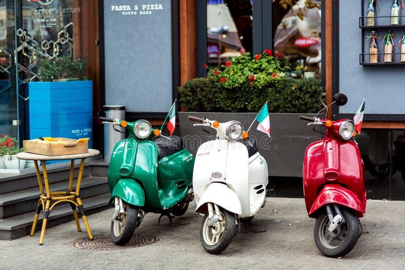 Tre mång--färgade mopeds i retro stil royaltyfria bilder