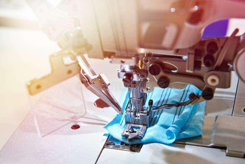Tre macchina da cucire industriale infilata dell'ago cinque del letto piano fotografia stock
