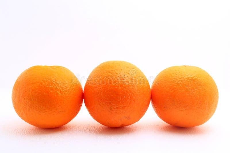 Tre mandarini sparati sopra fondo bianco immagini stock libere da diritti