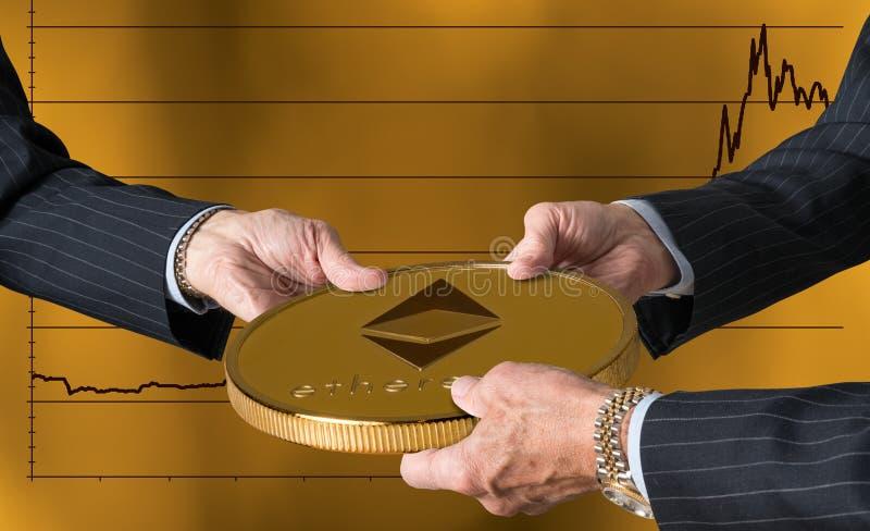 Tre mani dei commercianti che tengono la grande moneta di ethereum o dell'etere fotografia stock libera da diritti