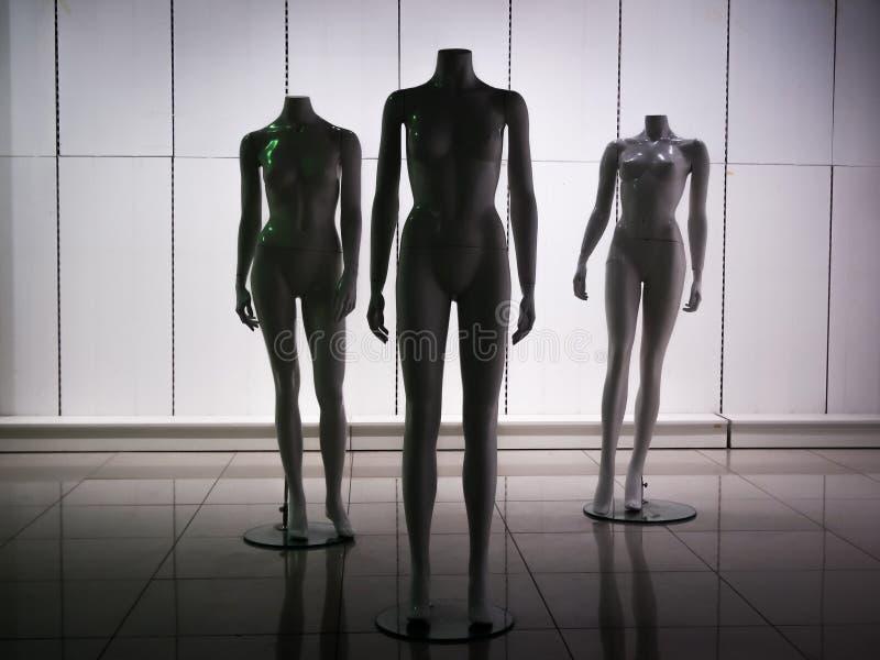 Tre manichini di plastica femminili 6 della fibra fotografia stock libera da diritti