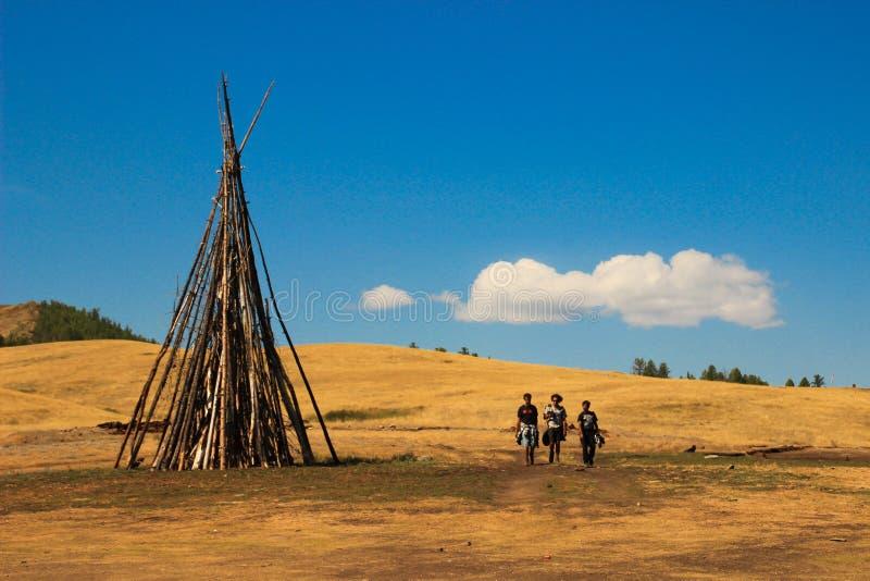 Tre manliga turister promenerar den mongoliska stäppen arkivfoton