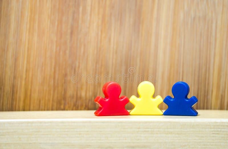 Tre meeples nel concetto del gioco della famiglia immagini stock libere da diritti
