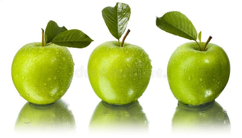 Tre mele con le gocce dell'acqua fotografia stock libera da diritti