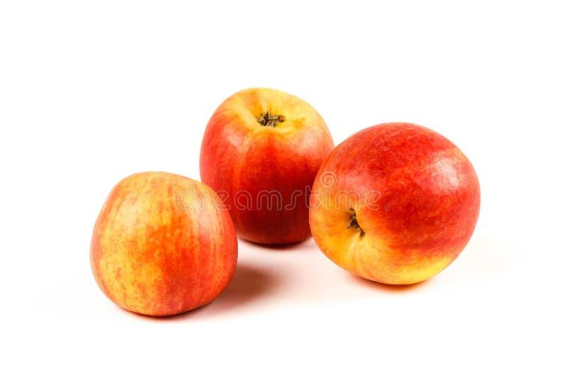 Tre mele rosse Fine in su Isolato su priorità bassa bianca fotografia stock