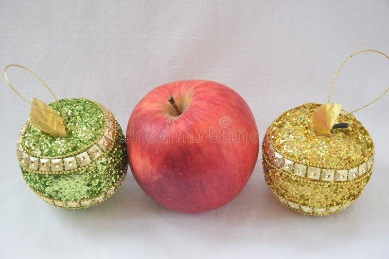 Tre mele Rosso, verde ed oro fotografie stock libere da diritti