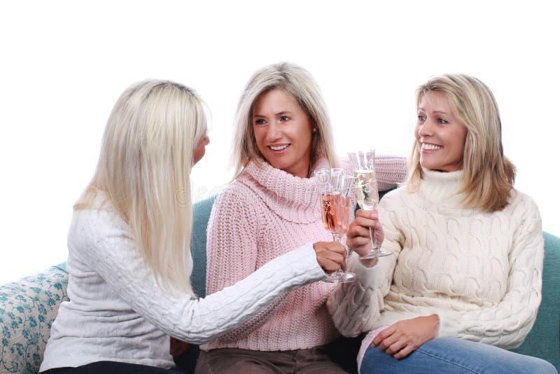 Tre mellersta ålderflickvänner med mousserande vin arkivbilder