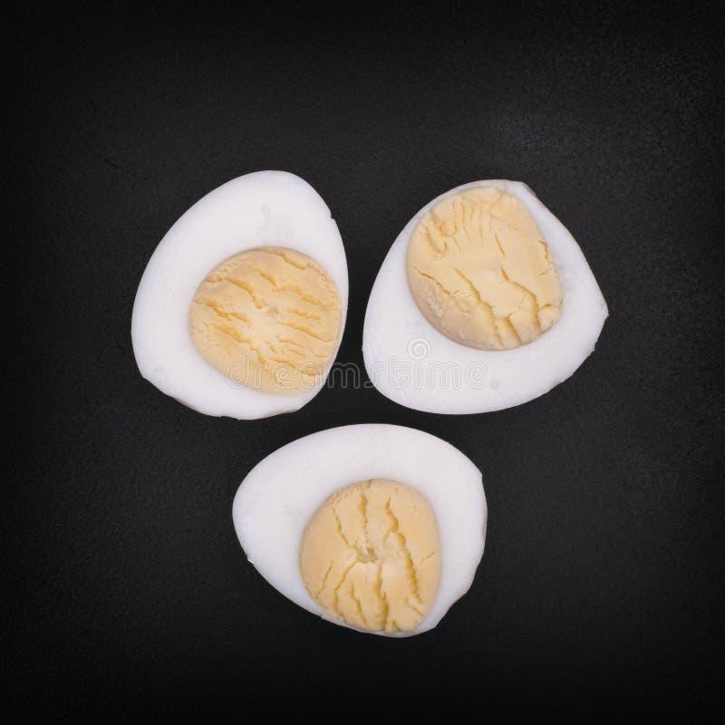 Tre metà delle uova di quaglia bollite fotografie stock libere da diritti