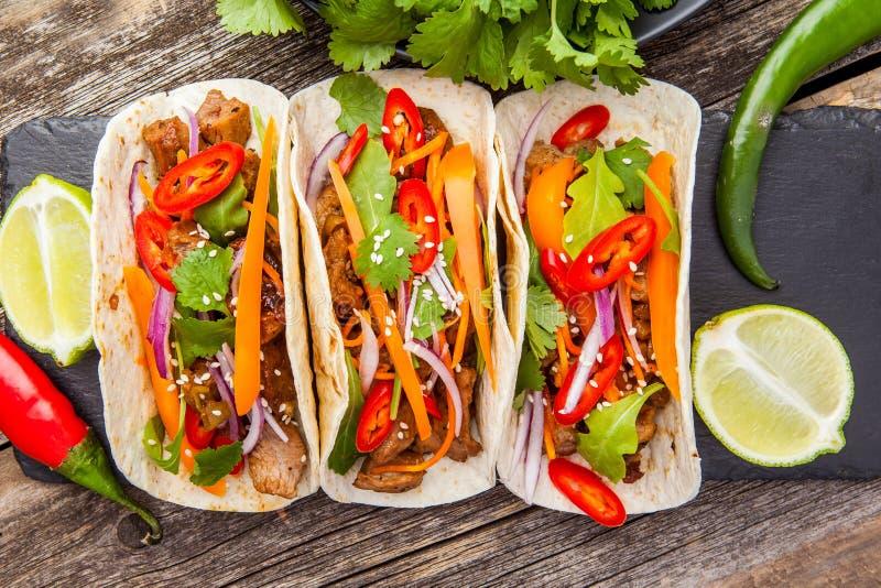 Tre mexicanska taco med kött och grönsaker Tacoalpastor på arkivbilder