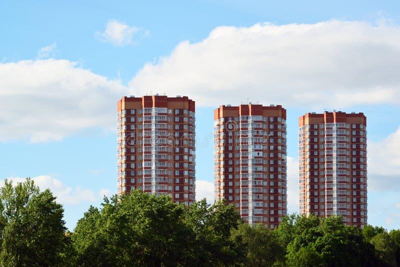 Tre moderna höghushyreshusar i Moskva, Ryssland arkivfoton