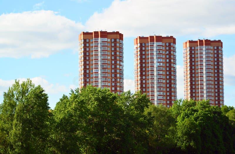 Tre moderna höghushyreshusar i Moskva, Ryssland arkivbild