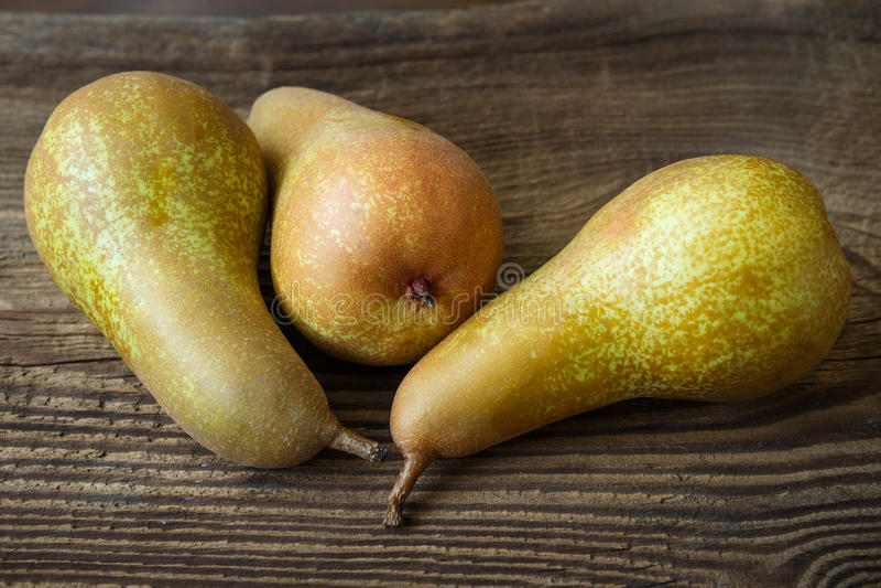 Tre mogna saftiga päron royaltyfria bilder