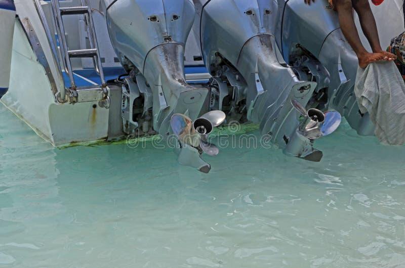 Tre motori con le eliche della barca di velocità immagini stock