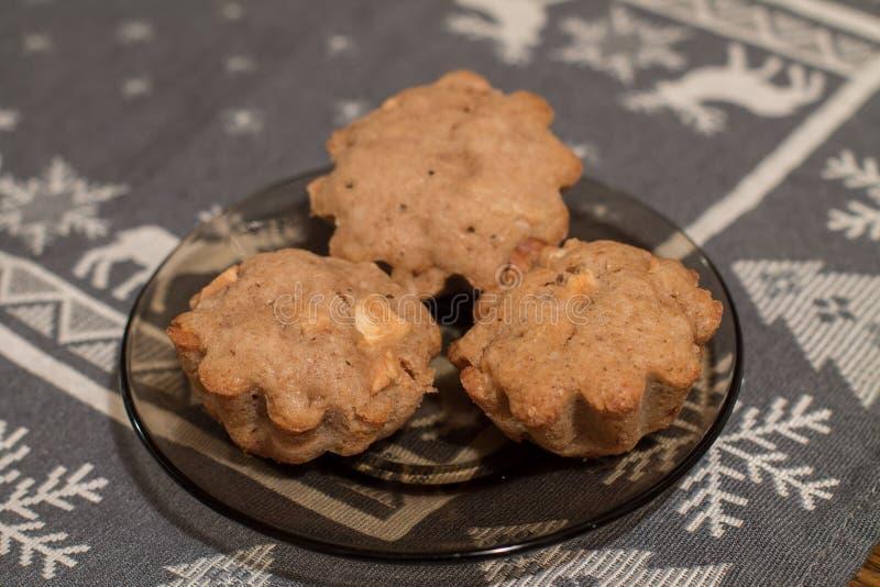 Tre muffin con le mele e la cannella in piatto immagini stock libere da diritti