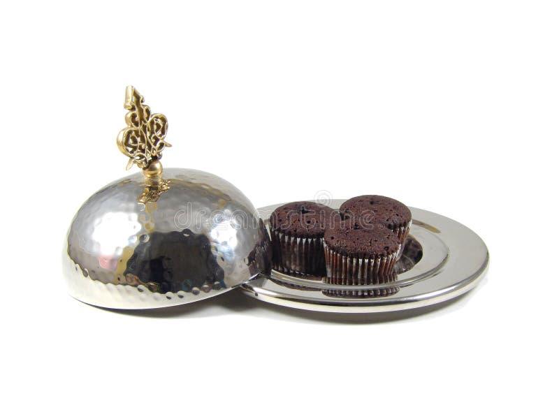 Tre muffin in una ciotola d'argento orientale con il coperchio su wh isolato immagini stock