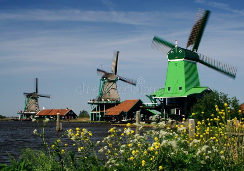 Tre mulini a vento e tempo ventoso immagine stock